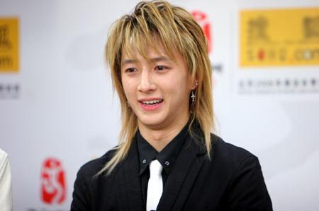 韩庚早期韩国娱乐文化,男生留长发,还一定要夸张的亚麻色,这造型现在