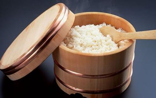 在沸水中增加一茶匙的椰子油,让后放入约100克大米,小火慢煮40分钟,或者大火煮20-25分钟。然后,将米饭放入冰箱里冷却12个小时。 首席研究员Sudhair James说,我们尝试用这种方法来煮38种不同的米,对比发现,通过这种方法,最多能降低米饭60%的热量。这是因为,在烹调过程中,椰子油会进入到淀粉颗粒里,改变淀粉颗粒的结构,使其转变为抗性淀粉。而抗性淀粉不会在小肠里分解,不易被人体消化吸收。通过提升米饭中抗性淀粉的含量来解决发展中国家的肥胖问题,的确是一个很新鲜的方法。