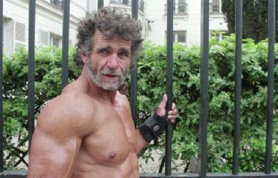 巴黎流浪汉街头练健身变肌肉男